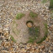 Erslos akmuo su plokščiadugniu dubeniu